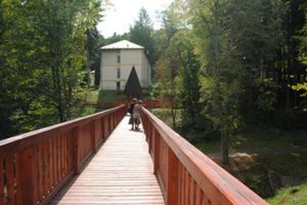 Lávka priateľstva je jednou z najdlhších drevených lávok na Slovensku.