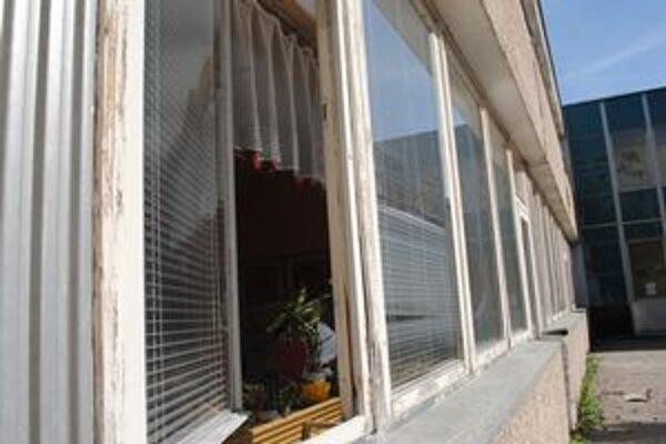 Materská škola na Zemplínskej ulici v Prešove má okná v dezolátnom stave. Menené neboli od jej založenia od roku 1982.