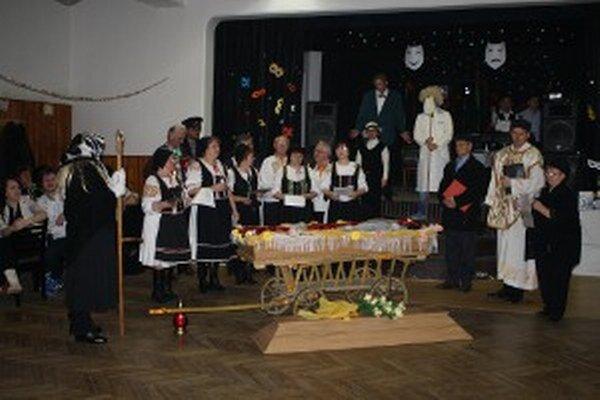 V Oslanoch sa o zábavu postarali aj členovia folklórneho súboru Oslianka