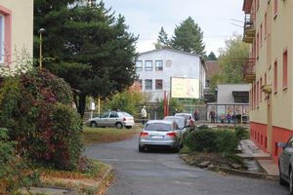 Obytné domy na Hollého ulici. Domáci často nemajú kde zaparkovať.