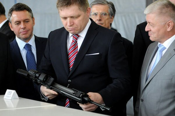 Pavlis (vpravo) na nedávnom otvorení nového zbrojného závodu v Novákoch.