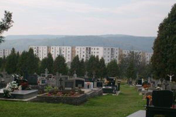 Cintorín v Solivare. Mesto čoskoro začne s jeho rozširovaním.