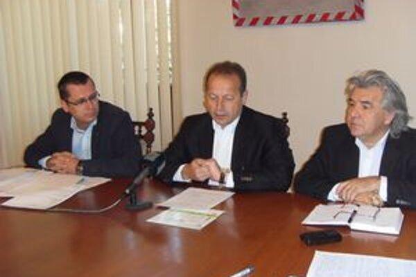 J. Višňovský, P. Hagyari, S. Grega tvrdia, že v lesoch sa šafárilo a výsledky šetrenia postúpia polícii.