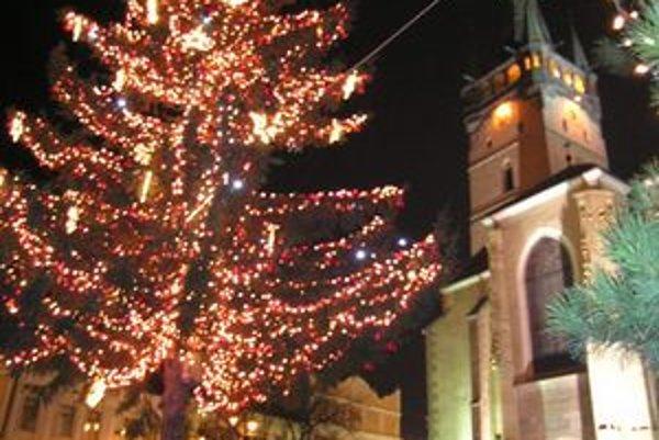 Vianočné stromčeky na námestiach sa rozsvietia 6. decembra, na Mikuláša.