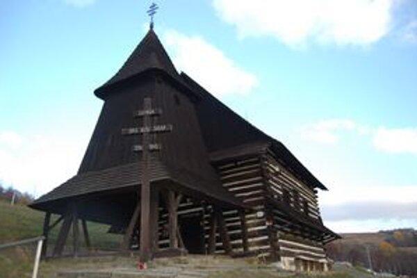 Drevený kostolík. Patrí gréckokatolíkom, využívajú ho aj rímskokatolíci.
