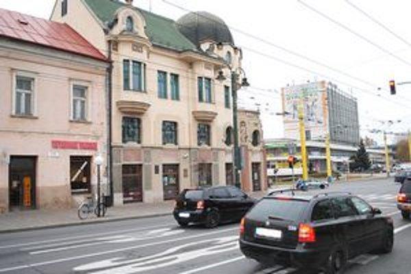 Pohľad na Bosákovu banku. Námestiu oproti nej ostane pôvodné meno.