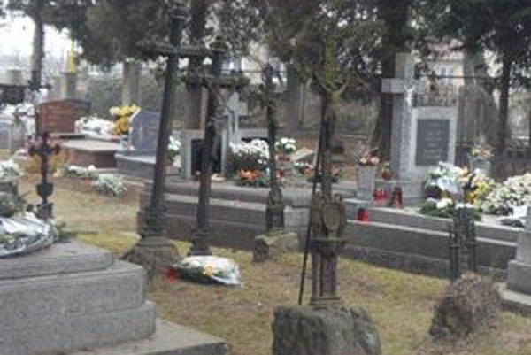 Cintorín v Ľuboticiach. Obec vyzvala pozostalých, aby zaplatili za hrobové miesta.