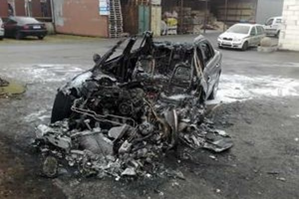 Zhorený jaguár. Plamene ho úplne zničili.