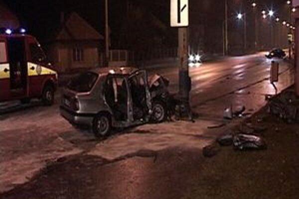 Auto v stĺpe. Príčinou nehody je pravdepodobne mikrospánok vodiča.