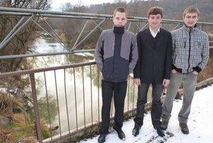 Na moste pri rieke. Marek (vpravo) zachránil svojich kamarátov.