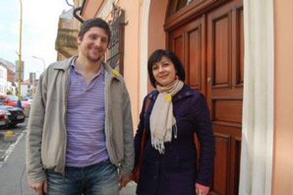 Snúbenci Martin Bajcura a Veronika Baranová. Narcisy si kupujú každý rok.