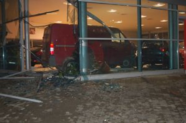"""Opitý šofér preletel cez výklad a """"zaparkoval"""" v predajni áut."""
