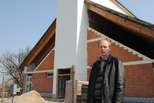 Pri stavbe kostola. Starosta Lemešian J. Buzogáň.