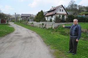 Starosta. F. Marcin ukazuje, kde bude vynovená cesta.