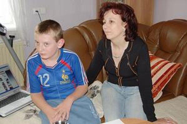Mama so synom. Daniel je telesne postihnutý, ale veľmi bystrý a šikovný chlapec.