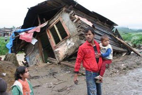 Rómskej rodine v Jarovniciach rozvodnená Svinka zničila príbytok v osade.
