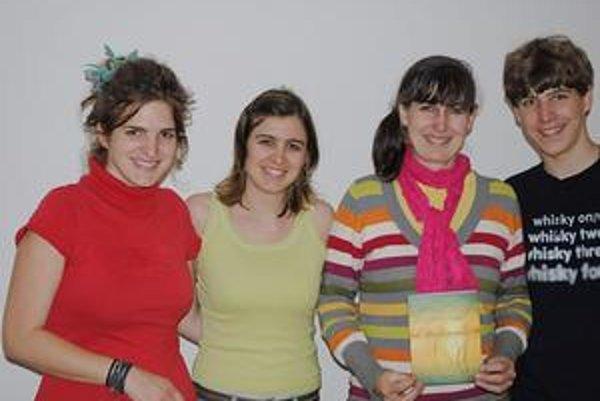 Camilla Labas s deťmi. Zľava Miriam, Franka, pani Camilla a Benjamin.