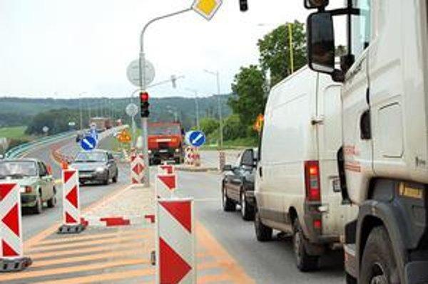 Semafor. Reguluje vstup na diaľnicu. Spomaľuje premávku v smere na autostrádu i v smere do Prešova.
