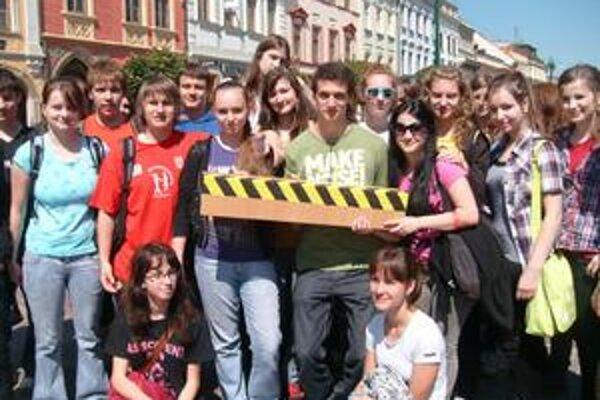 Gymnazisti označovali schody a vstupy do budov