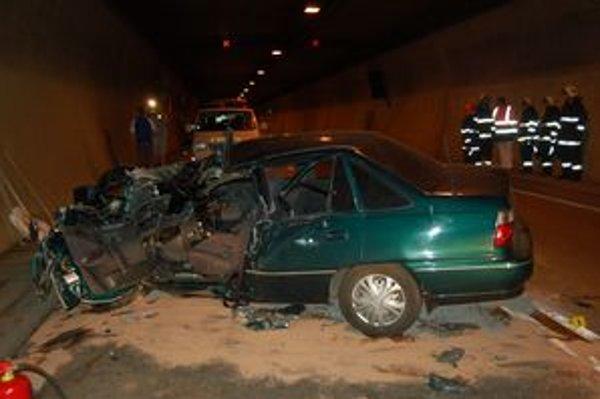 Zdemolované auto po havárii v tuneli.