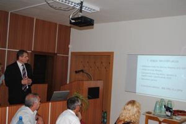 Prezentácia novej kotolne. Docent Skok opísal poslancom projekt rátajúci s využitím biomasy.