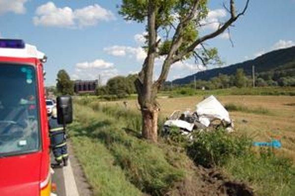 Vodič zrejme vypadol cez čelné sklo, privalilo ho auto.