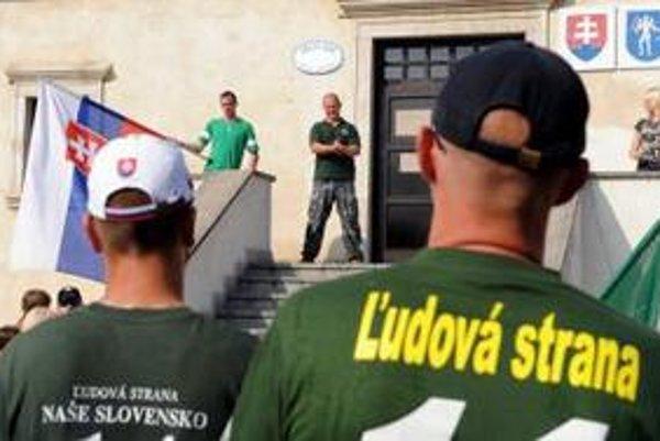 Extrémisti sa pod vedením Kotlebu zhromaždili pred obecným úradom.