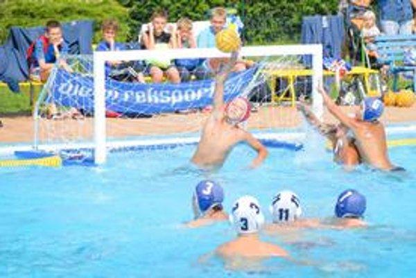 Mokrá lopta. Súboje v prešovskom bazéne priniesli mnohé zaujímavé situácie žiakom Slávie.