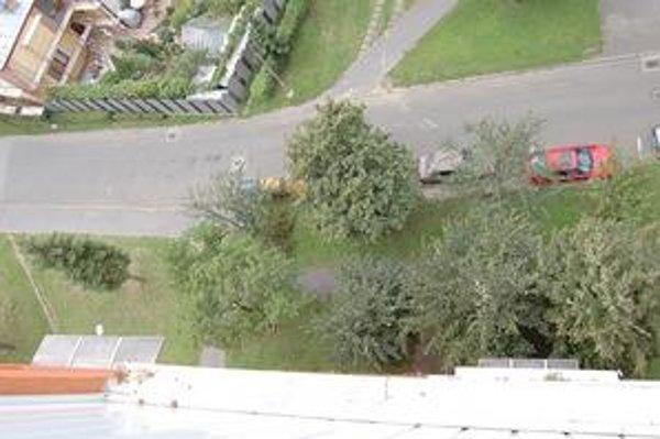 Pohľad z 9. poschodia. Z takejto výšky z balkóna vypadla Lenka.
