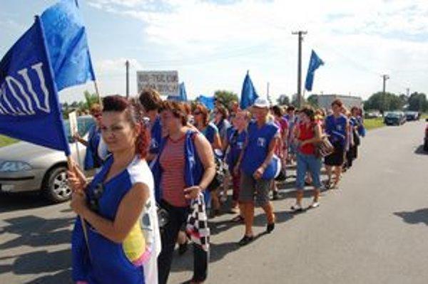 Zamestnankyne v Hencovciach počas dnešného štrajku.