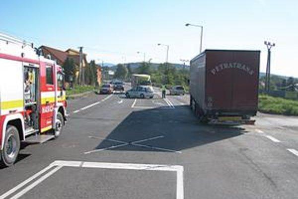 Miesto nehody. Vodič kamióna zastavil v križovatke v jazdnom pruhu. Po náraze mu šofér osobného auta povedal, že ho oslepilo slnko.