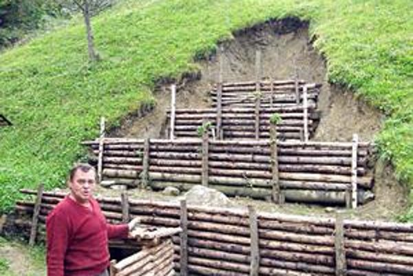 Emil Goldir. Po zosuve pôdy mal vo dvore poriadnu kopu hliny. Zabezpečiť sa mu to podarilo týmito kaskádami. Na referendum si však čas našiel.