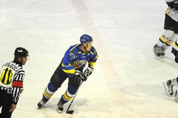 Adresát. Nešťastná Zimova prihrávka mala skončiť na hokejke Vladimíra Kubusa.