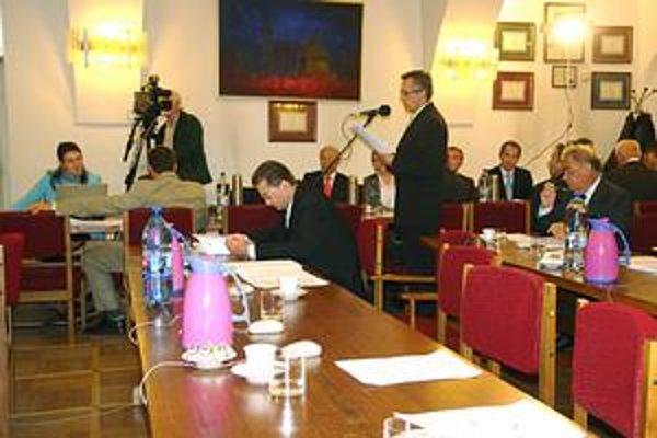 Zastupiteľstvo. Hospodárenie v spoločnostiach s majetkovým vkladom mesta za I. polrok zobrali poslanci na vedomie bez slova diskusie.