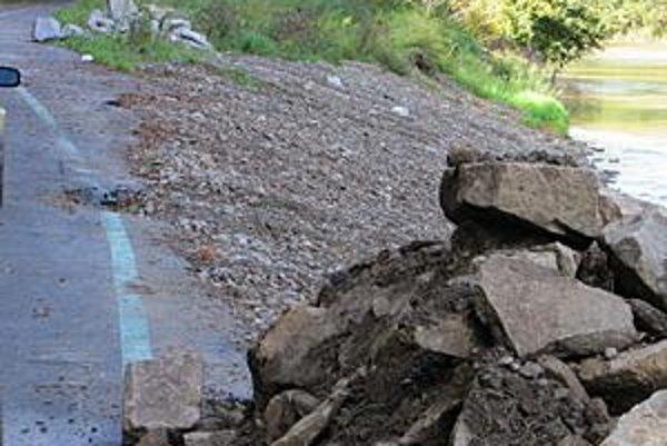 Chodník je po júlových povodniach je popraskaný.