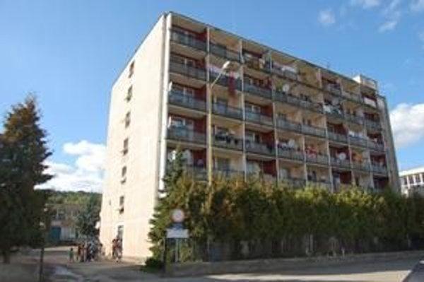 Mestská ubytovňa. Po zrútení bytovky v centre mesta ju obývajú Rómovia.