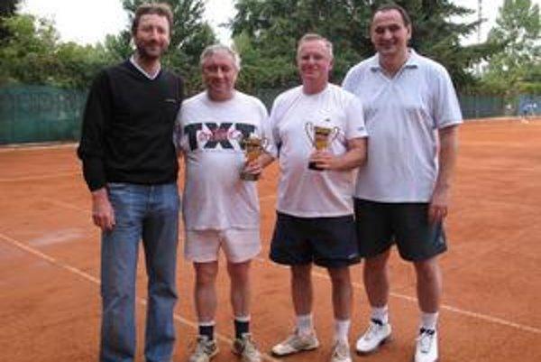 S výškou 190 cm hrával basketbal, teraz hráva tenis. Na fotke s bývalým skvelým tenistom Milošom Mečířom (vľavo).