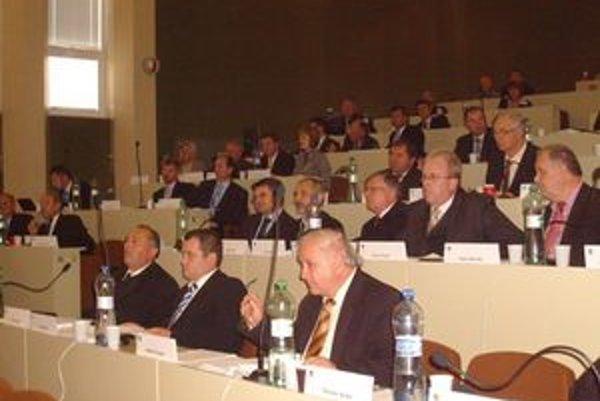 Poslanci podporili Tarcalove návrhy na úsporné opatrenie.