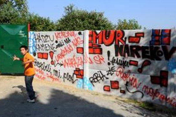 Jednou z priorít kandidátov na primátora Prešova je aj mestská hromadná doprava. Mesto trápi aj spolužitie väčšiny s rómskou komunitou, na snímke je múr, ktorý mesto postavilo na základe sťažností obyvateľov.