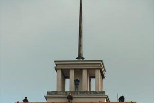 Budova Úradu PSK. Bola symbolom totalitnej moci. Na budove sa dnes pracuje. Robí sa rozsiahla rekonštrukcia strechy.