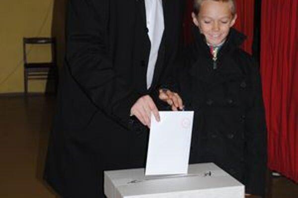 Kandidát stredo-pravej koalície vládnych strán volil na Šváboch.