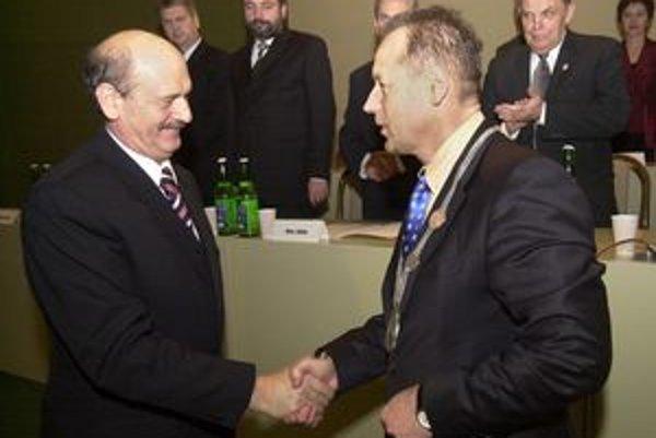 Milan Benč (vľavo) takto pred štyrmi rokmi uvádzal do úradu svojho nástupcu Pavla Hagyariho. Ten na poste primátora bude aj po sobotňajších voľbách, Benč však ako stálica odchádza zo zastupiteľstva.