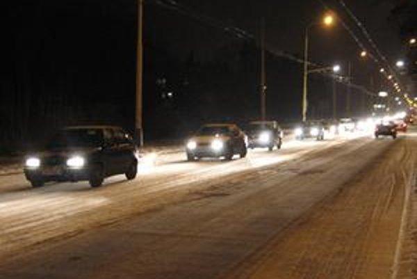 Zasnežené ulice. V týchto dňoch majú cestári plné ruky práce s odstraňovaním snehu a ľadu z ciest.