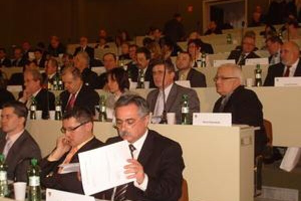 Poslanci. Schválili pre dopravcov 21-tisíc eur na vykrytie strát.