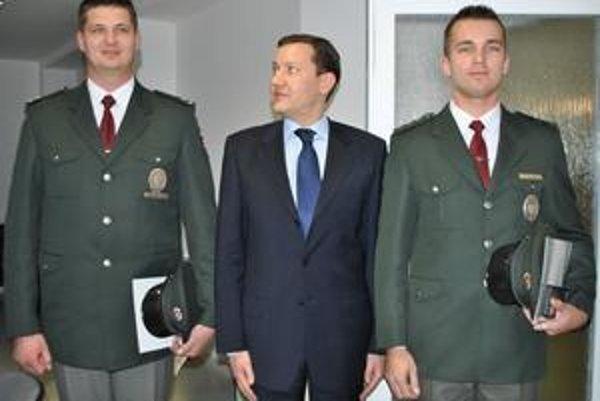 """Dlháni. """"Doteraz som si myslel, že som dosť vysoký ale teraz...?"""" divil sa minister Lipšic keď sa postavil medzi viac ako dva metre vysokého Gabriela Hatalu (vľavo) a 1,95 metra vysokého Mateja Čuchtu."""