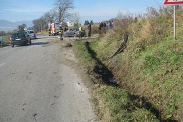 Havária. Auto tu narazilo do cyklistu.