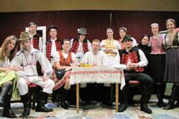 Ochotnícki herci v miestnej sále kultúrneho domu v Kľušove.
