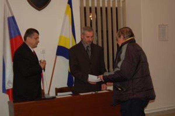 Odovzdávanie funkcie. V Šarišských Michaľanoch (okres Sabinov) vystriedal Jozefa Brendzu na starostovskej stoličke Vincent Leššo. Predseda miestnej volebnej komisie Jozef Majiroš mu odovzdáva dekrét.
