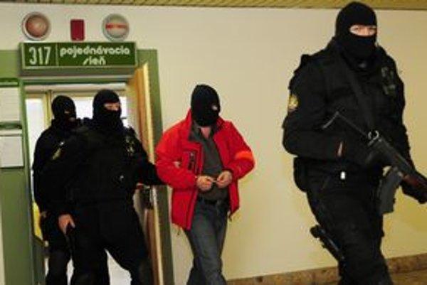 Obžalovaný Juraj Jambrich (v červenom) počas odchodu z pojednávacej miestnosti.