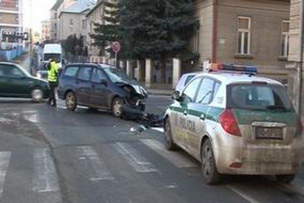 Banálna nehoda. Jej súčasťou sa nevinne stali aj policajti.